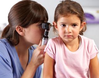 Dziewczynka badana przez lekarza audiologa