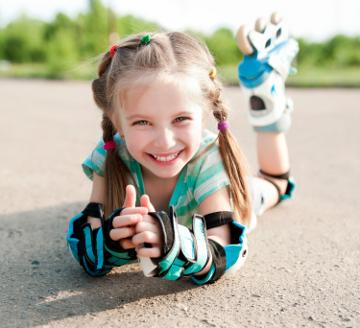 Dziecko uczące się jeździć na rolkach