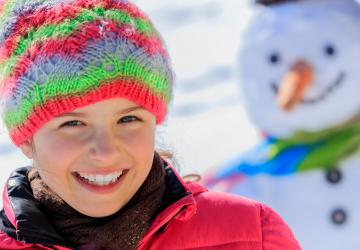 uśmiechnięte dziecko zima