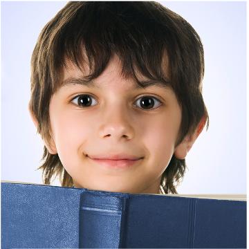 Chłopiec czytający ksiażkę