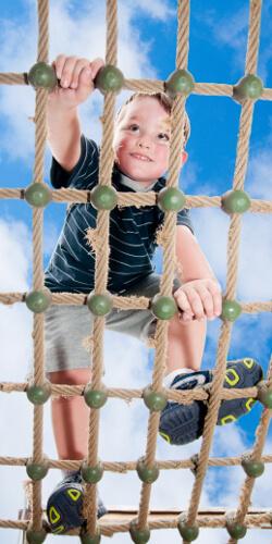Chłopiec wspinający się po drabince